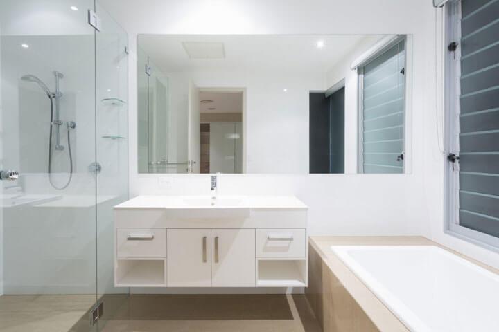 Infraroodspiegel in moderne badkamer