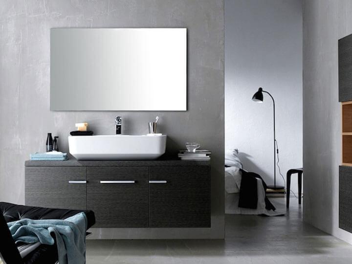 strakke badkamer met spiegelverwarming naast slaapkamer
