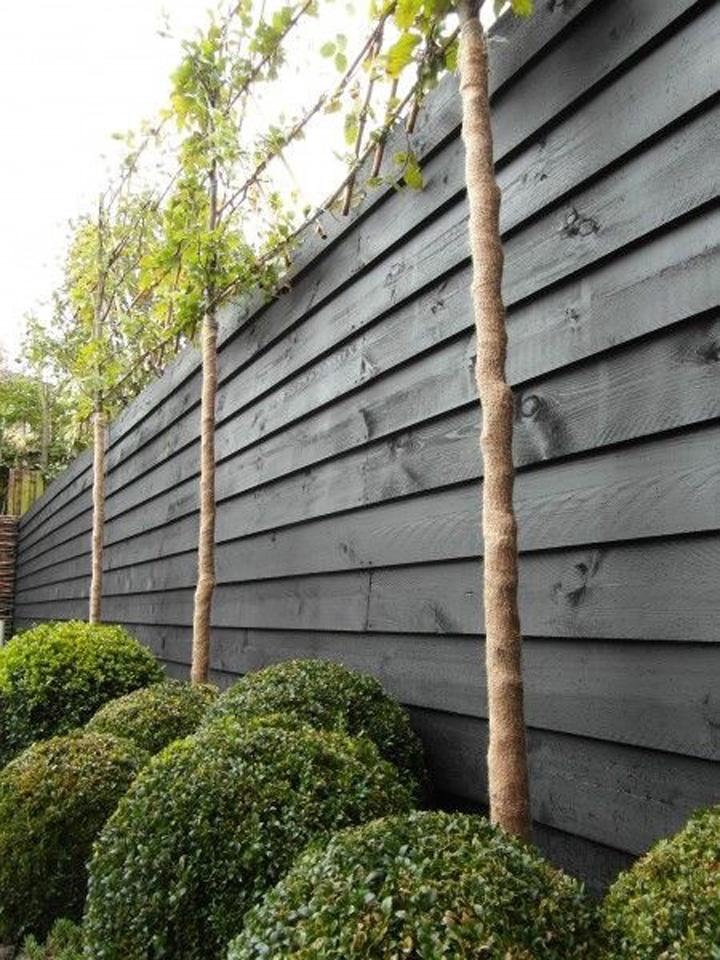 zwart zweeds rabat planken als tuinschutting