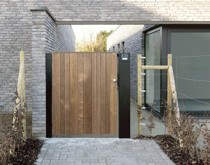 moderne tuindeur in hout verticale planken