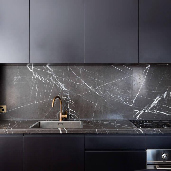 spatwand keuken zwart marmer