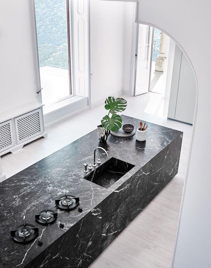 zwart marmeren keuken eiland met spoelbak