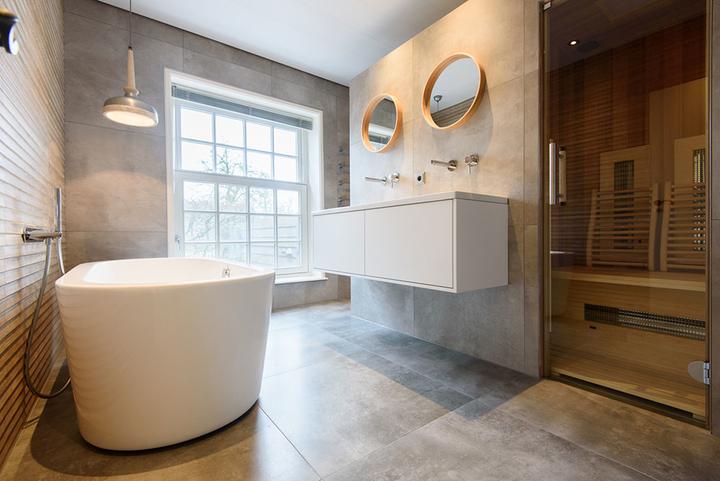 infraroodsauna in badkamer met vrijstaand bad