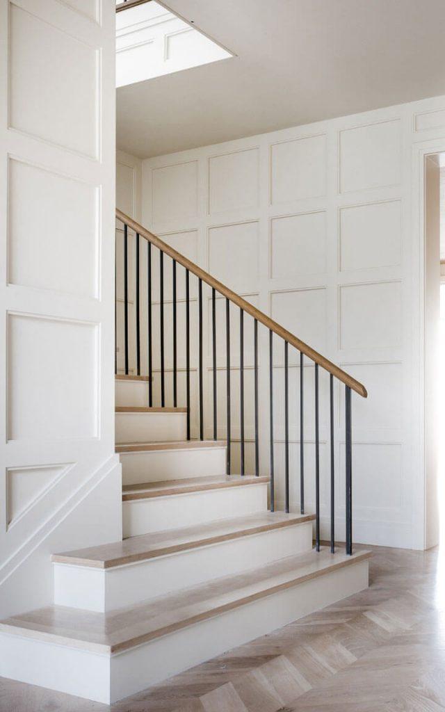 strakke trap met zwarte verticale sierspijlen