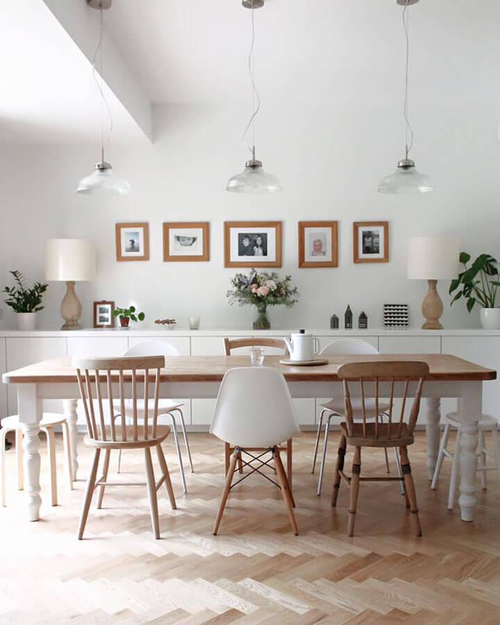 scandinavische eetkamer met mix van houten stoelen gecombineerd