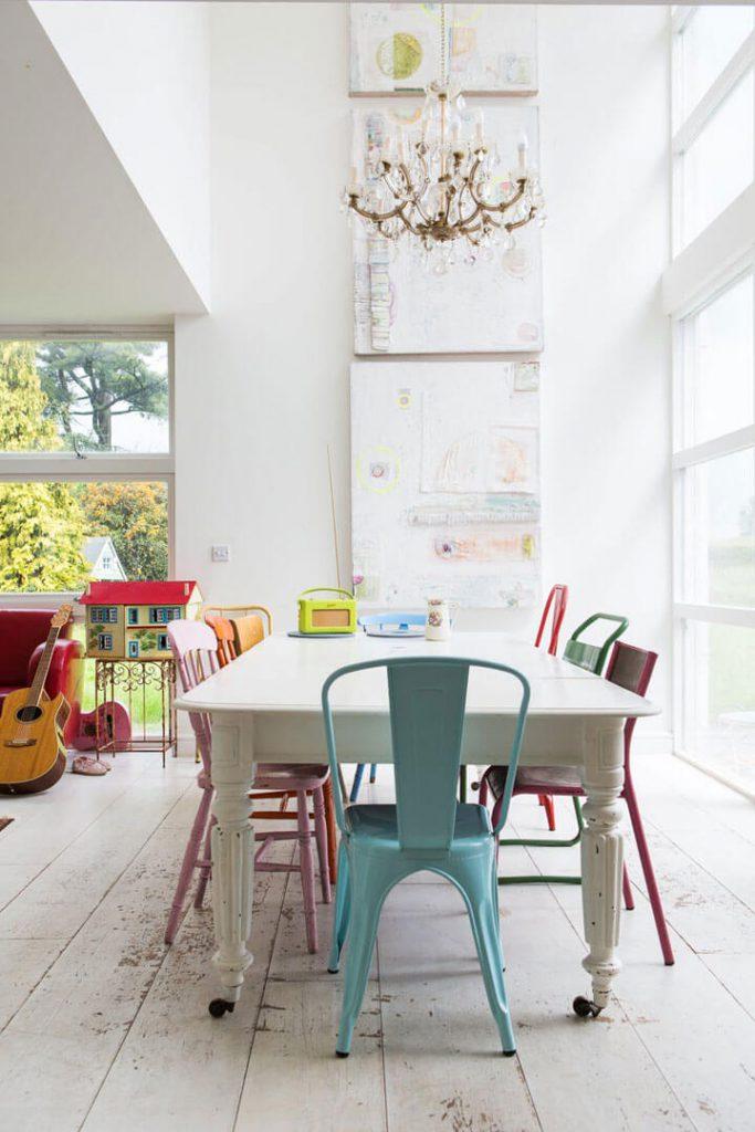 stoelen combineren met verschillende kleuren en modellen