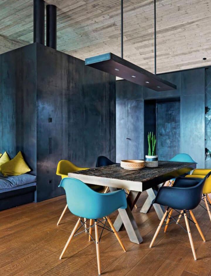 kleurrijke stoelen mix aan eettafel