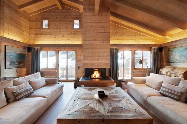 interieur van een grote houten chalet