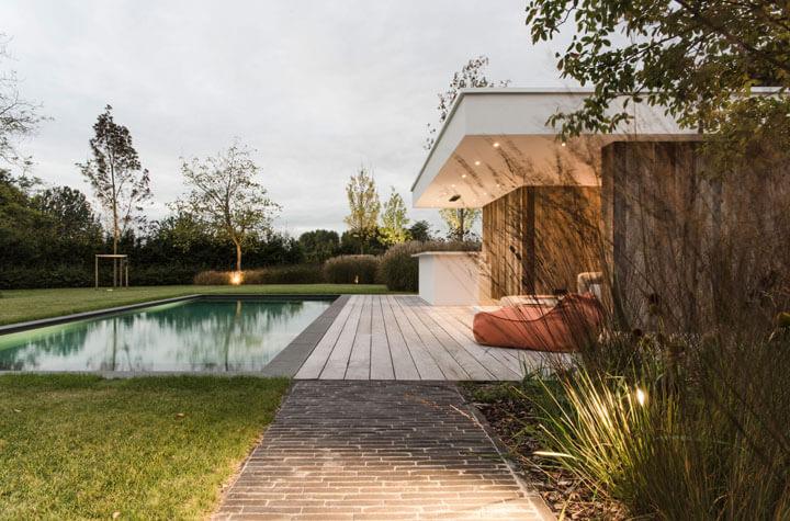 zwembad met tuinspots van deltalight
