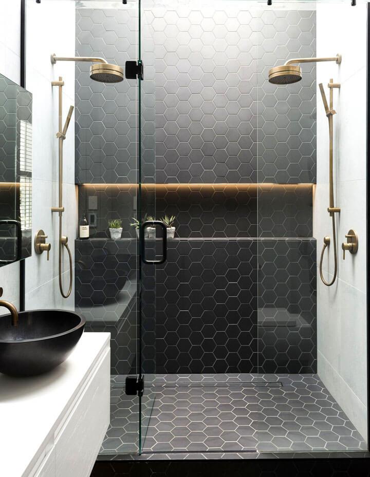 dubbele douche met zwarte hexagon tegels