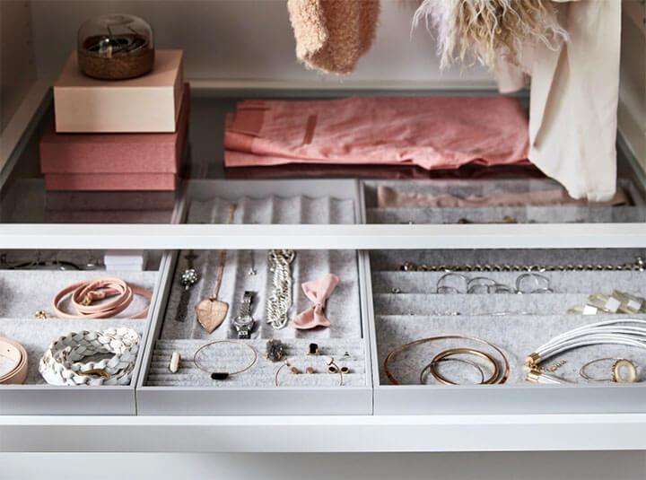 juwelen en sieraden in dressing kast