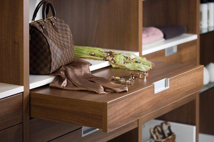 luxe inloopkast met uitschuifbare lade voor juwelen