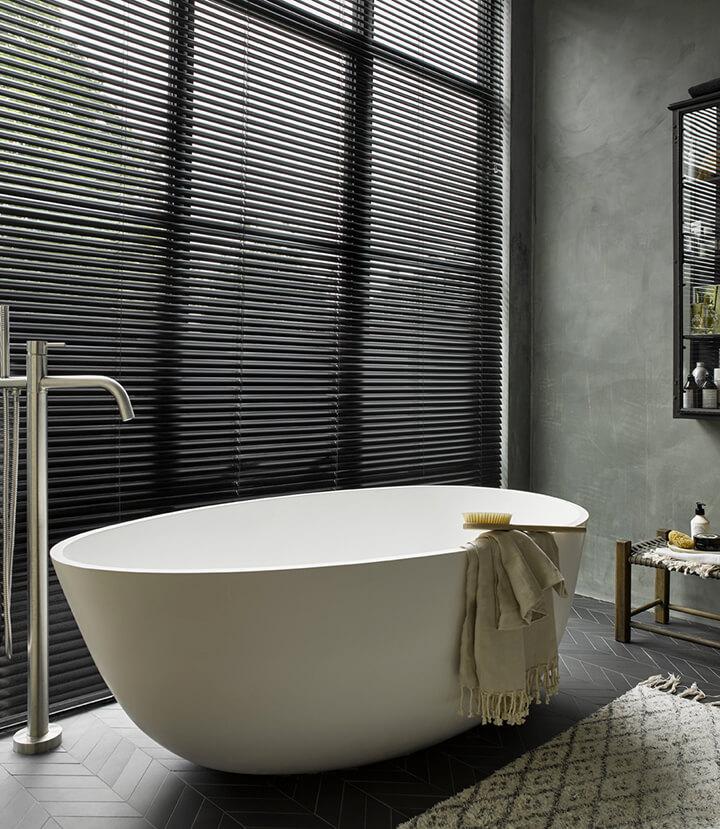 design bad vrijstaand met zwarte lamellen