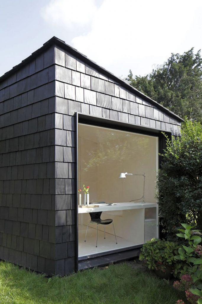 zwart tuinhuis als kantoor in de tuin