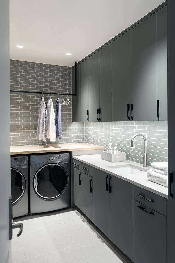 verlichting wasruimte wasplaats met kastjes, droogkast en wasmachine