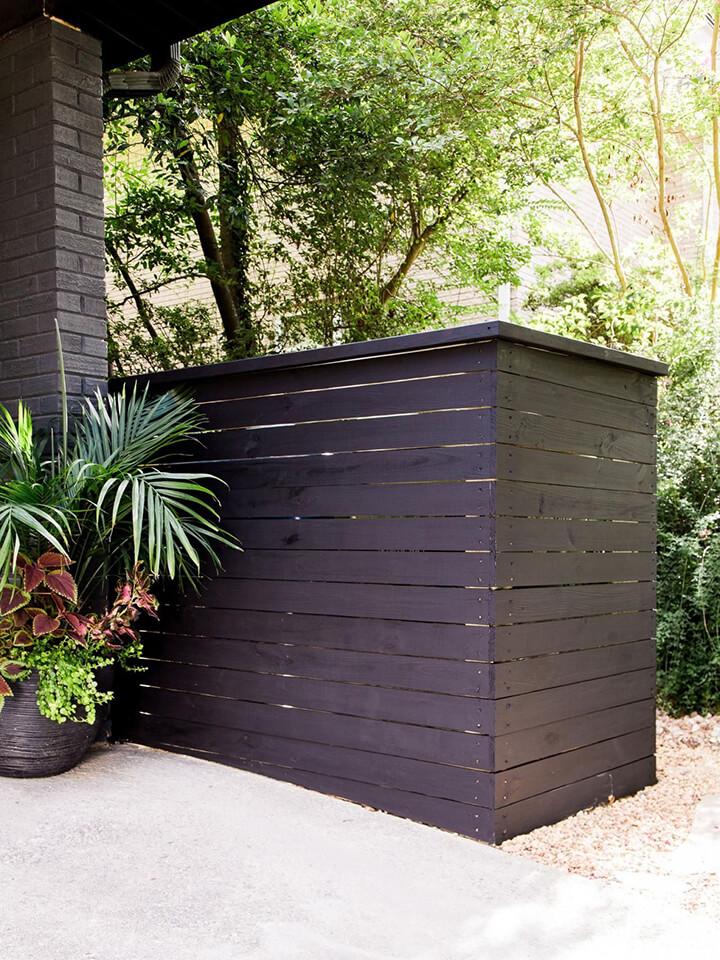 houten omkasting voor afvalbakken in de tuin