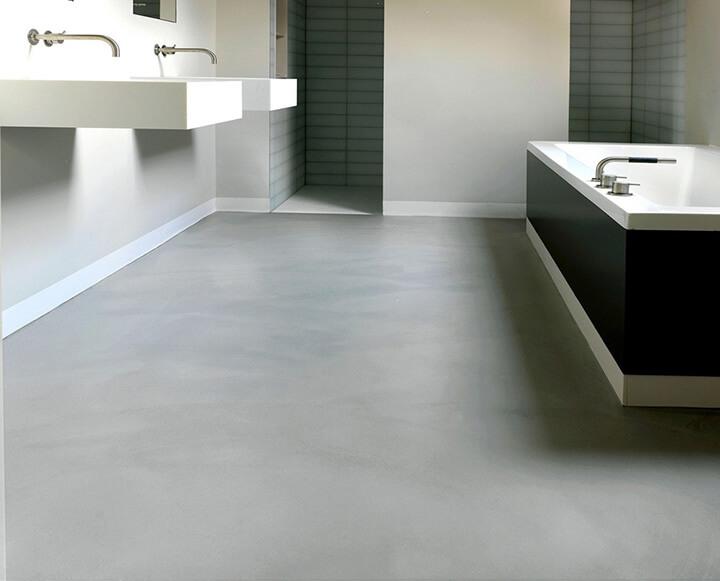 gietvloer in moderne badkamer met hangende lavabo