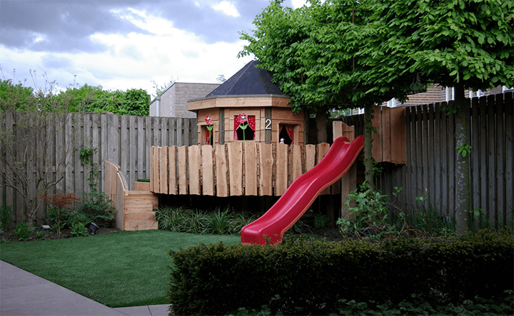 kindvriendelijke tuin met boomhut op maat
