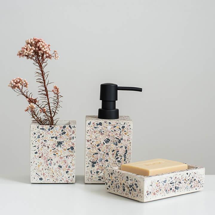 vierkante badkamer accessoires: tandenborstel houder, dispenser en zeep schaaltje