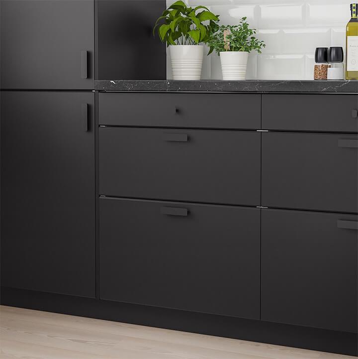 toon op toon zwarte keukenkasten met mat zwarte handgrepen