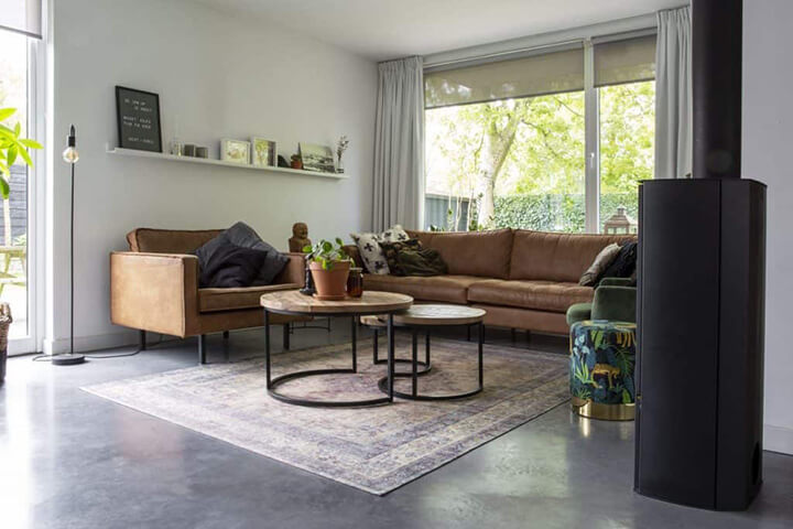 robuuste woonkamer met betonvloer en cognac salon