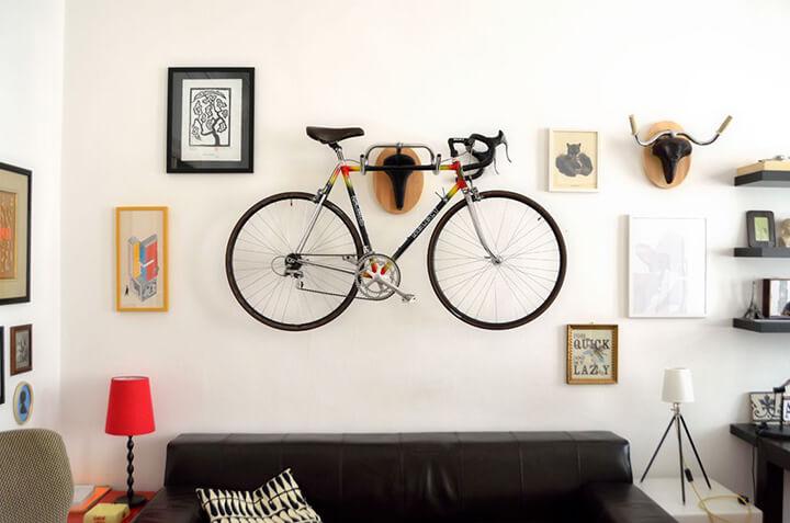 fiets aan muurbeugel tegen de muur als decoratie in de woonkamer