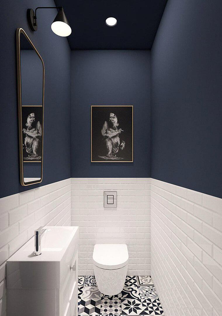 toilet met witte wandtegels vloer in cementtegels en blauwe verf