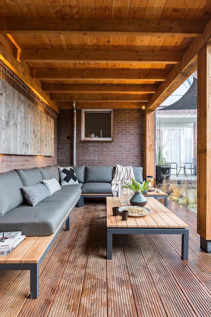 houten pergola met loungezetel en salontafel