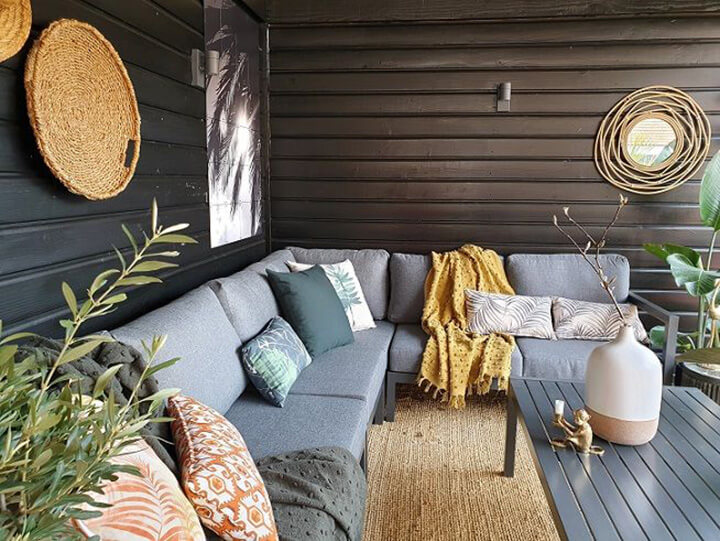 loungeset met buitentapijt onder overkapping