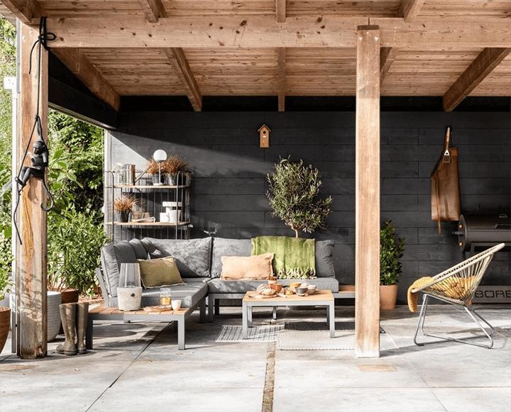 tuinset onder houten overkapping