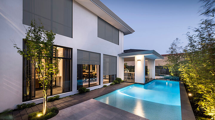 solar screens zonwering bij woning met zwembad